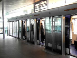 Colour photograph showing the new, automatically operated CDGVAL Métro at Roissy Charles De Gaulle Airport in Paris. Yet another magnificent example of Sloppy French Accessibility Implementation ! Photograph taken by CJ Walsh. 2010-11-26. Click to enlarge.